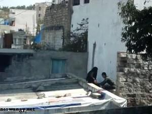 واخد جارته المحجبة فوق السطح وعمال يفرش فيها والجيران تصورهم